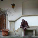 Niepołomice, la statue dans a cour du Château