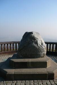 Głaz na szczycie Kopca Kościuszki